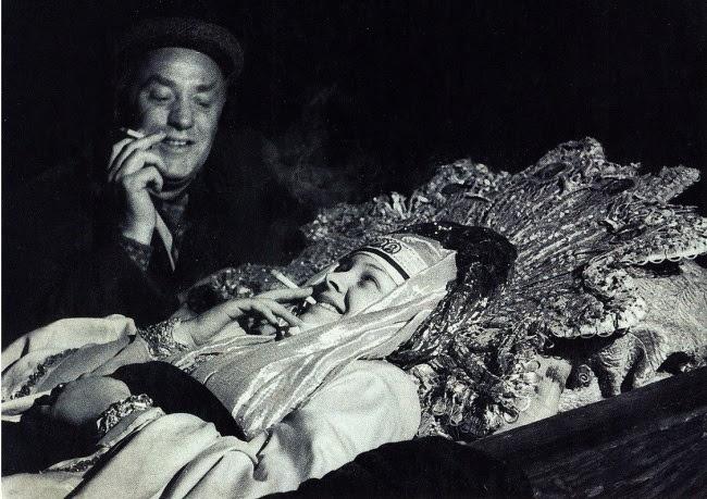Михаил Жаров и Людмила Целиковская во время перерыва на съемках эпизода смерти царицы Анастасии в фильме Сергея Эйзенштейна «Иван Грозный» в 1944 году.