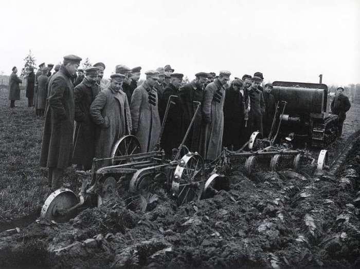 Испытание новой техники в сельскохозяйственной академии. СССР, Москва, 1924 год.