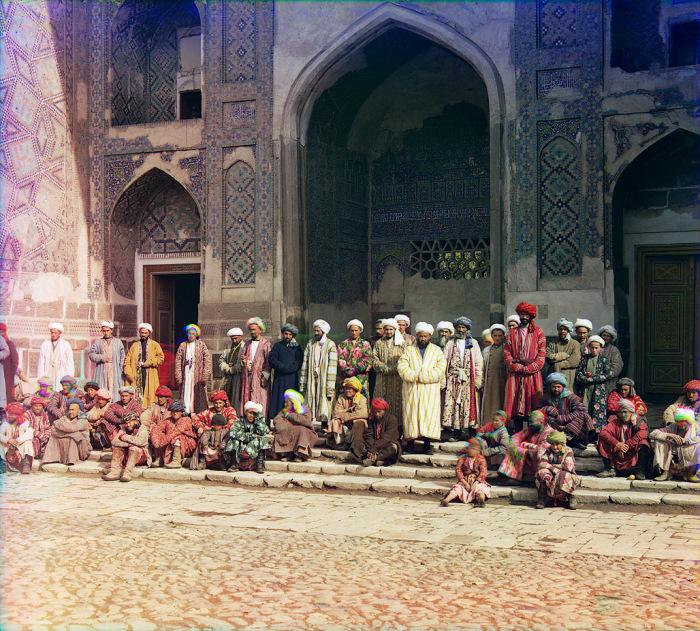 Местные жители на центрально площадь в Самарканде.
