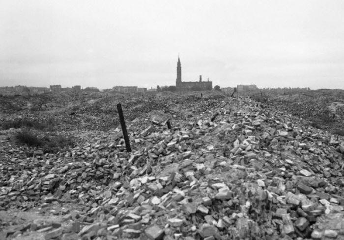 Развалины гетто, которое было подорвано немецкими войсками.