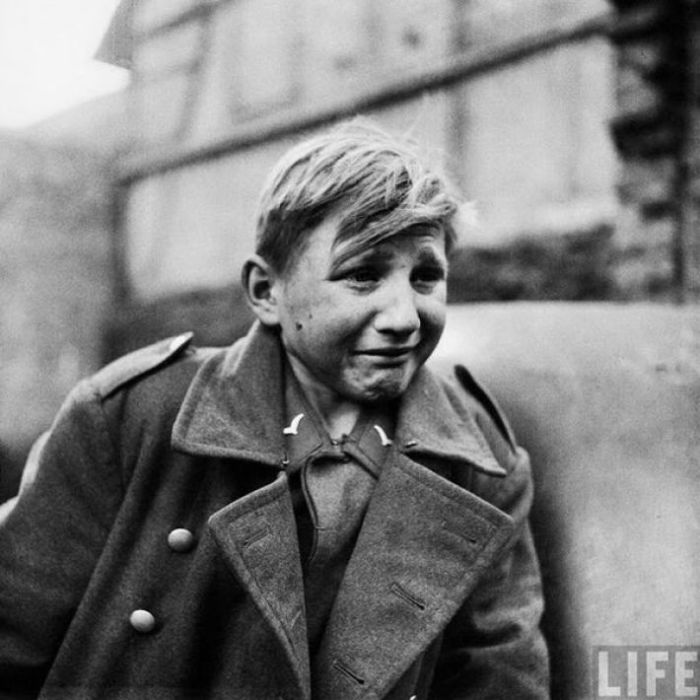 Юный солдат Вермахта плачет, узнав о захвате своей родины союзниками.