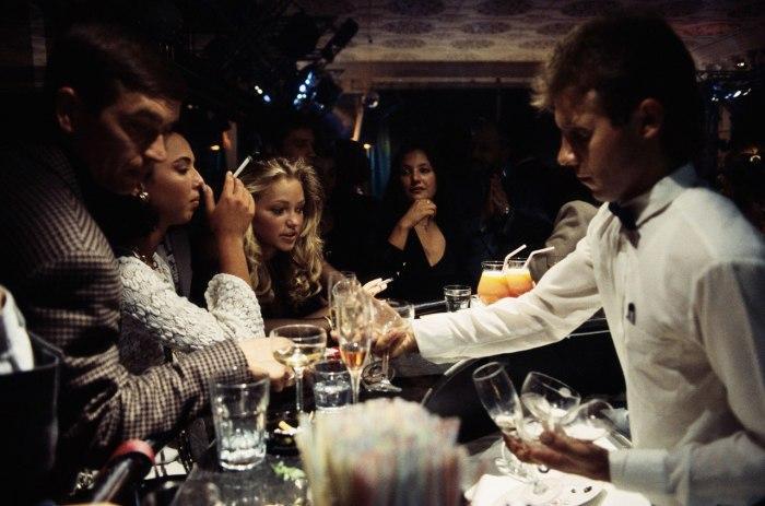 Молодые люди выпивают в московском ночном клубе «Firebird». Москва, 1990 год.