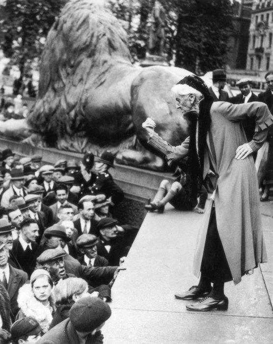 Британская суфражистка Шарлотта Деспард обращается к толпе на Трафальгарской площади во время коммунистического митинга, 11 июня 1933 года.