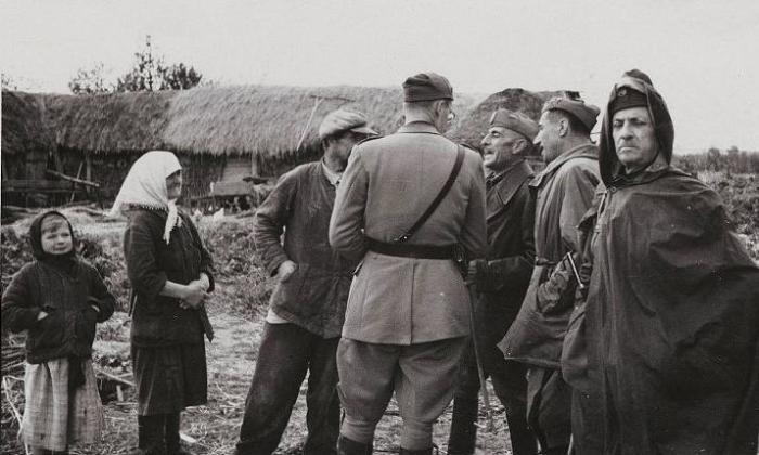 Немецкие солдаты и офицеры беседуют с местными жителями. СССР, Украина, 1942 год.