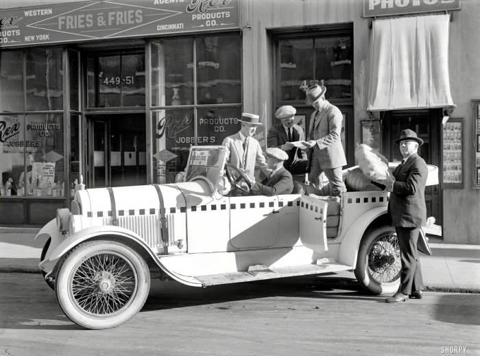 Группа людей позируют у автомобиля Красного Креста в 1922 году.