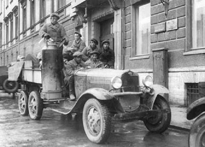 Автомобиль, двигатель внутреннего сгорания которого получает в качестве топливной смеси газ, вырабатываемый газогенератором. 1931 год.