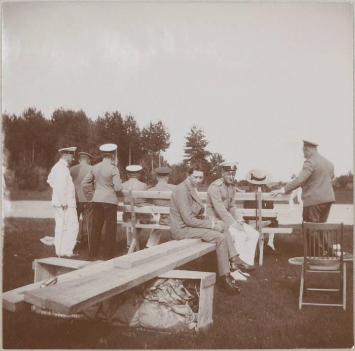 Николай II с одной из его дочерей и офицеры яхты Штандарт.