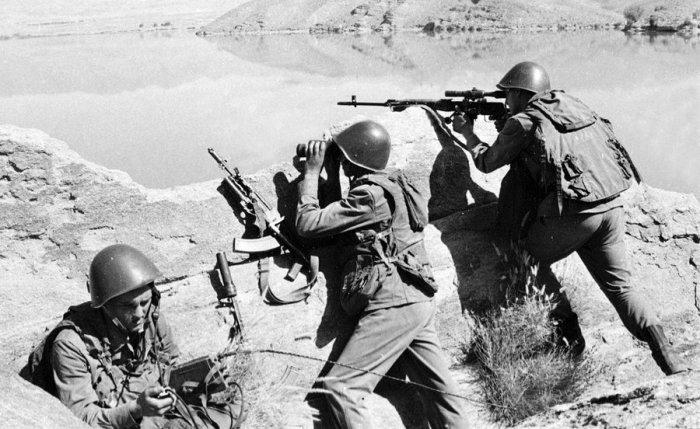 Советские солдаты наблюдают за местностью.