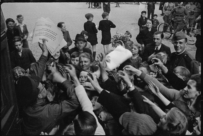 Оповещение населения о капитуляции фашистов. Берлин, 8 мая 1945 года.