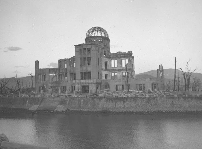 Одно из немногих уцелевших зданий в Хиросиме после атомного взрыва 6 августа 1945 года.