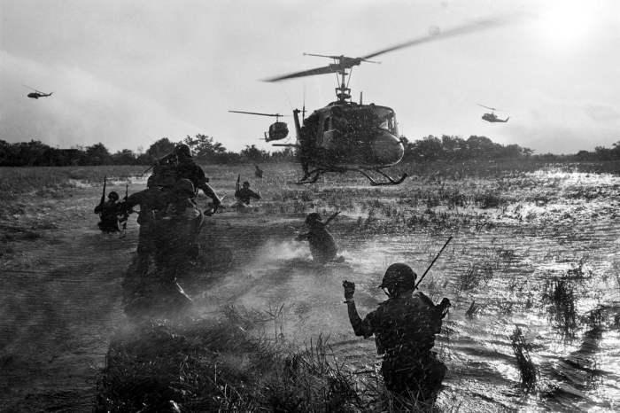 Южновьетнамские морпехи десантируются с американских вертолетов на рисовых полях в ходе операций против партизан Северного Вьетнама в дельте Меконга в декабре 1964 года.