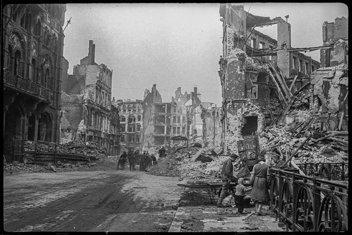К восстановлению разрушенного города привлекали не только военнопленных, но и местных жителей. Берлин, май, 1945 год.