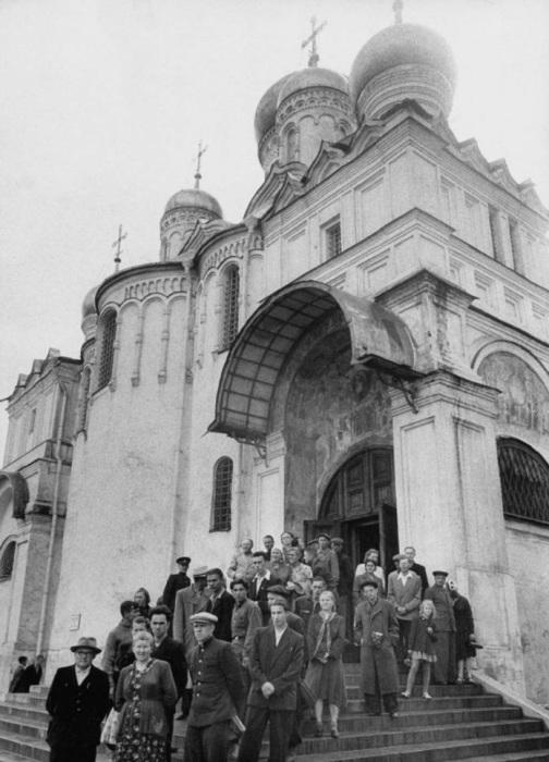 Люди, стоящие у входа в православную церковь перед похоронной процессией на похоронах Ивана Алексеевича Лихачева.