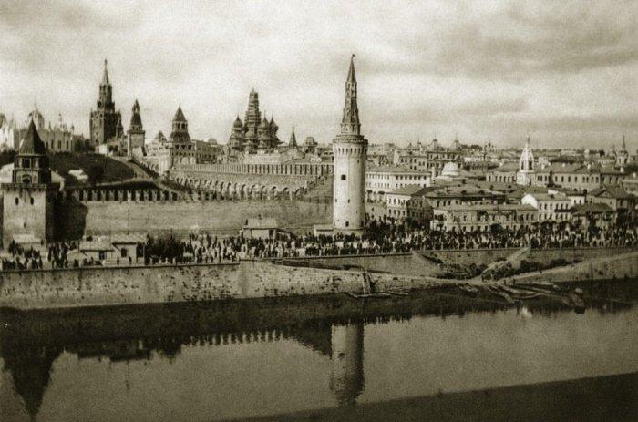 Вид Московского Кремля и угловой Москворецкой башни в 1920-е годы.