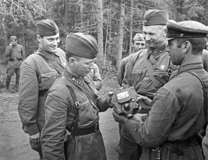 Фронтовые корреспонденты Михаил Шолохов, Евгений Петров и Александр Фадеев осматривают приборы, снятые с подбитого фашистского танка в 1941 году.