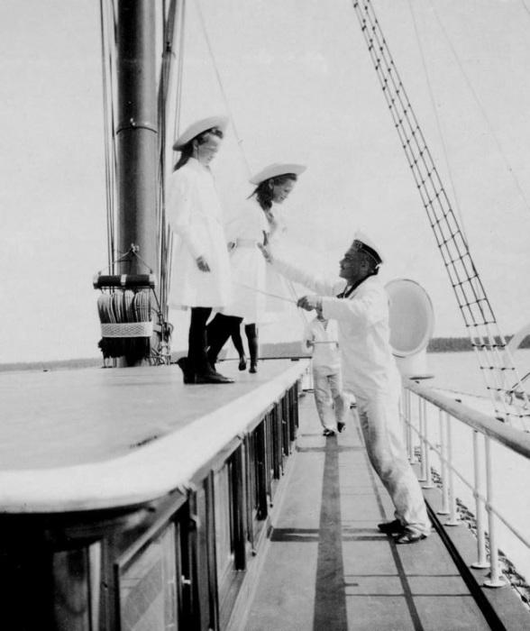 Пока дети императора были маленькими, за каждым из них был закреплен отдельный моряк, следивший, чтобы они не упали за борт.