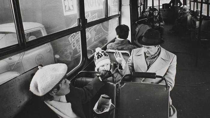 Мэр Санкт-Петербурга Анатолий Собчак с дочерью Ксенией и женой Людмилой Нарусовой едут в автобусе.