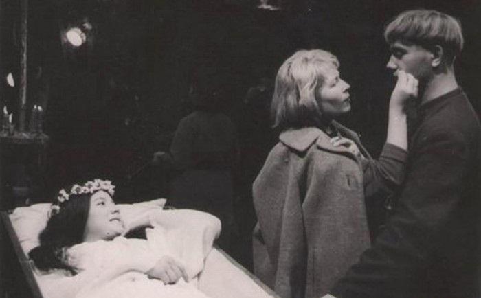 Л. Куравлев и Н. Варлей готовятся к важной сцене съемок фильма «Вий».