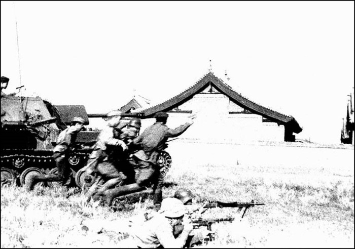 Пехота под прикрытием танков в наступлении. Маньчжурия, август 1945 года.