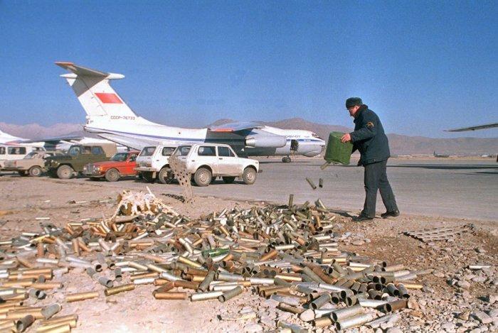 Советский самолет, автомобили и гильзы на авиабазе в Кабуле, 23 января 1989.