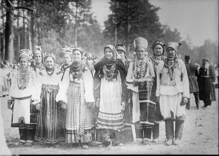Русские девушки в крестьянском праздничном наряде.