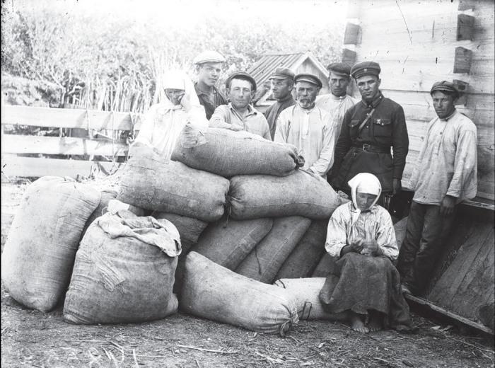 Местные жители с офицером. СССР, Украина, Донецкая область, 1930 год.
