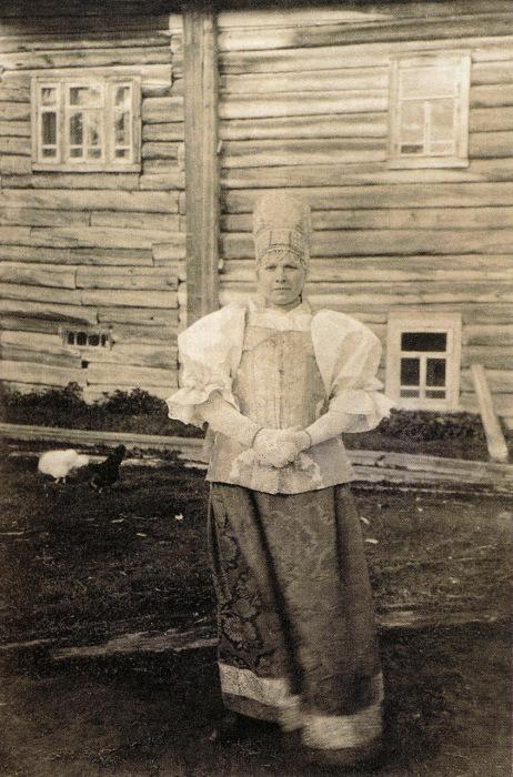 Девушка в праздничном костюме и нарядной повязке. Архангельская губерния, начало ХХ века.