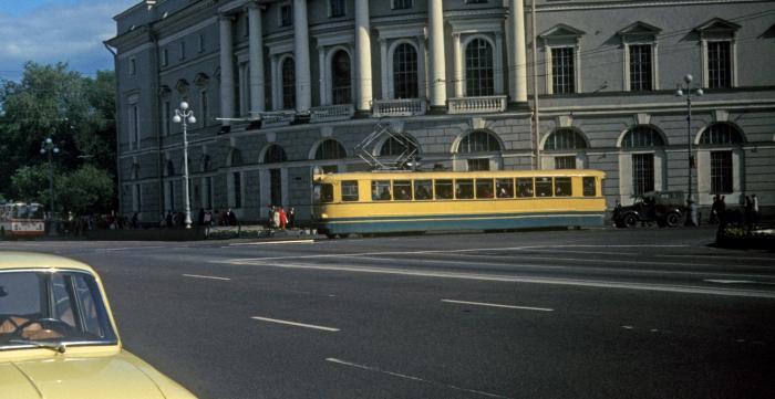 Трамвай на углу Невского проспекта.  СССР, Ленинград, 1977 год.