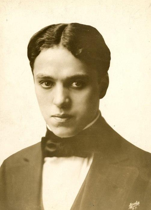 Американский и английский киноактёр, сценарист, композитор, кинорежиссёр, продюсер и монтажёр, универсальный мастер кинематографа, создатель одного из самых знаменитых образов мирового кино - образа бродяжки Чарли, появившегося в короткометражных комедиях, поставленных на поток в 1910-е годы на киностудии Кистоуна.