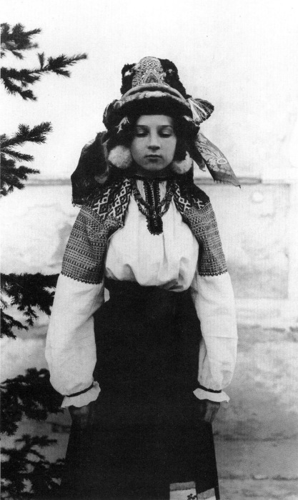 Девушка в праздничном костюме. Калужская область, начало XX века.
