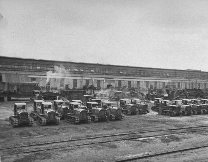 Готовые для транспортировки по Союзу трактора во дворе завода имени Дзержинского.