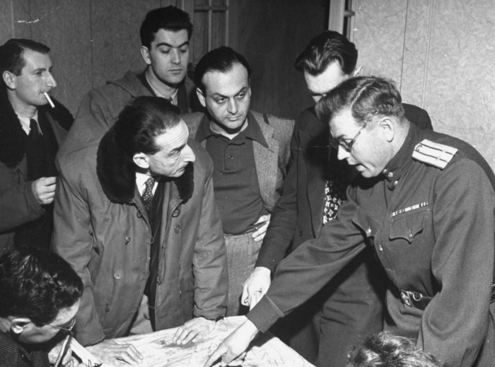 Военный комендант, подполковник Владимир Денченко рассказывает иностранным корреспондентам планы по реконструкции Сталинграда.