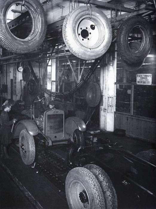Конвейер на Нижегородском автомобильном заводе имени В. М. Молотова. СССР, 1932 год.