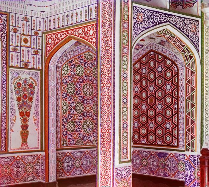 Образец мозаичных стен внутри дома богатого сарта. В окрестностях Самарканда в начале 20 века.