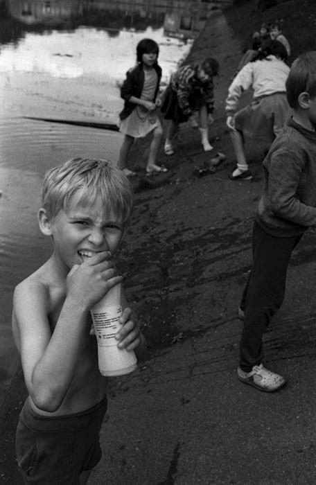 Детвора играет на пляже, 1991 год. Автор фотографии: Evgeny Kanaev.