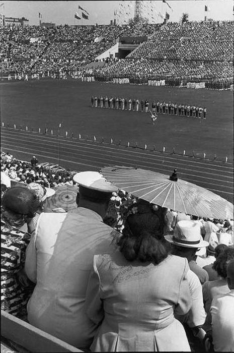 Толпы зрителей на стадионе «Динамо». СССР, Москва, 1954 год.