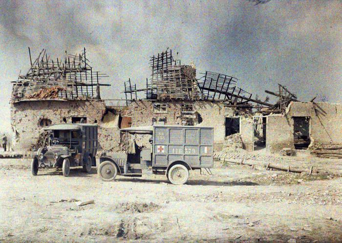 Бронированные медицинские автомобили французских войск. Бельгия, 1917 год.