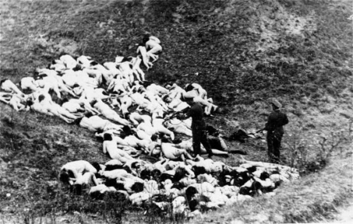 Немец расстреливает еврейскую женщину в ходе массового расстрела. Украина, Мизоч, октябрь 1942 года.