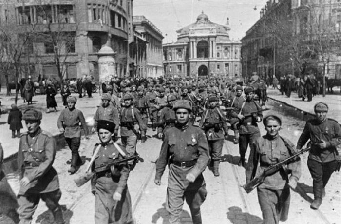 Марш Красной армии на улицах Одессы. Украина, весна 1944 года.