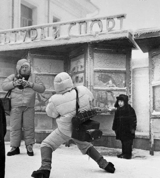 Итальянские журналисты на одной из улиц в мороз. СССР, Якутск, 1991 год.