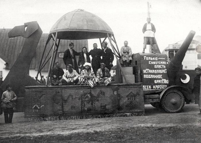 Агитационный авто-верблюд в Средней Азии, СССР, 1930-е годы.