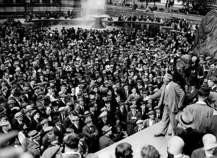 Том Манн выступает перед митингующими коммунистами на Трафальгарской площади в Лондоне, 1 августа 1931 года.