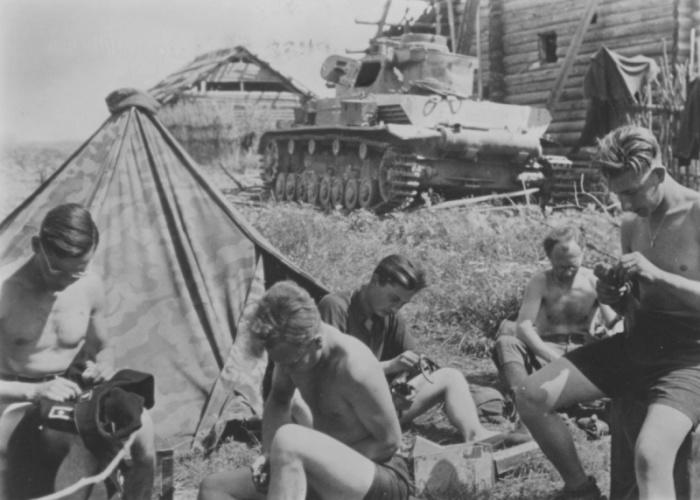 Бытовая жизнь на фронте офицеров практически ничем не отличалась от жизни простых солдат. СССР, Украина, 1941 год.
