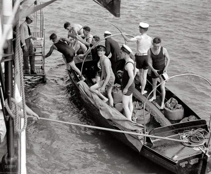 Молодые курсанты пытаются пришвартоваться к судну. США, 1922 год.