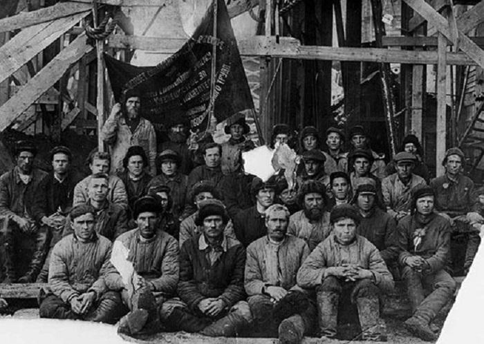 Лучшая бригада на строительстве Кузнецкого металлургического комбината. Новокузнецк, 1931 год.