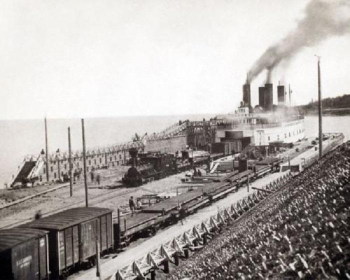 Разгрузка ледокола-парома на Байкале в 1903 году.