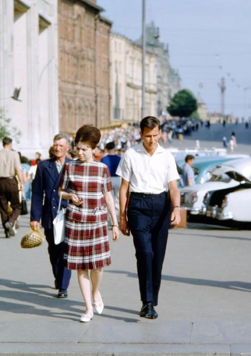 Уличная сцена в одном из центральных районов Москвы.