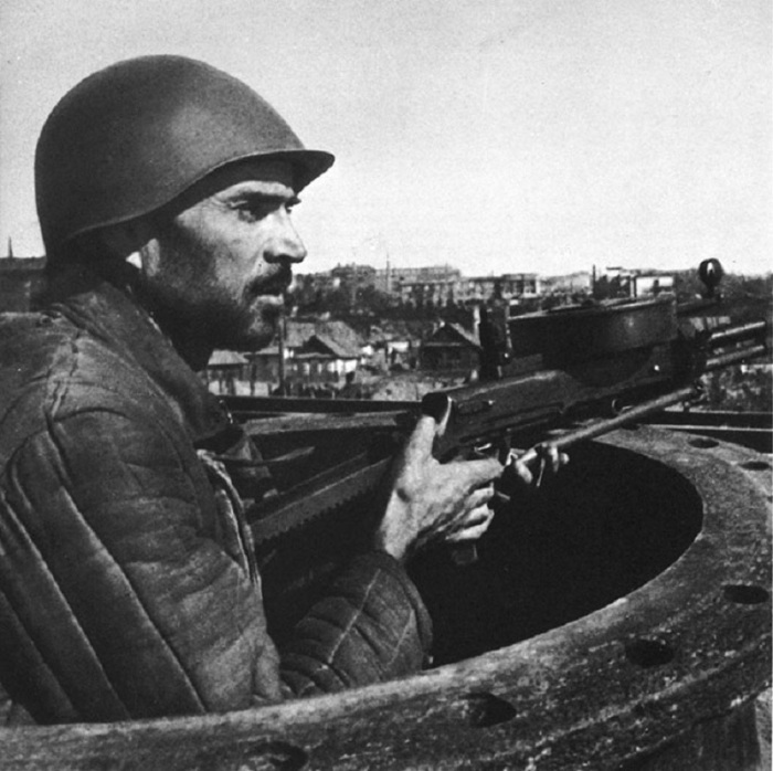 Рабочий сталинградского завода «Красный октябрь» с пулеметом ДТ-29.