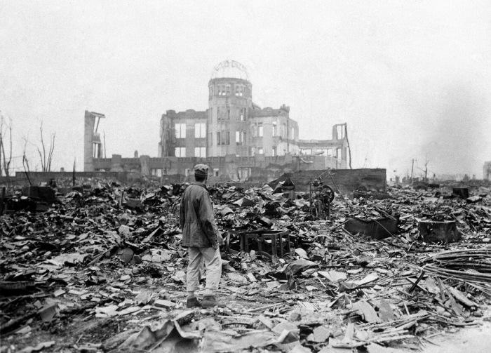Военный корреспондент союзников на улице разрушенного города Хиросима у Выставочного центра Торгово-промышленной палаты примерно через месяц после атомной бомбардировки, в сентябре 1945 года.