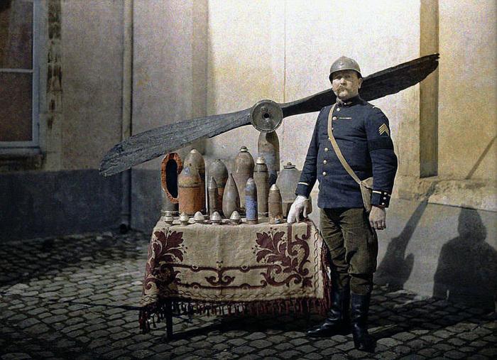 Небольшая выставка крупнокалиберных и мелкокалиберных снарядов в 1917 году.